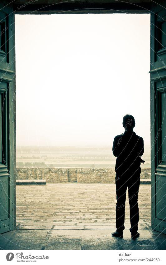 Obdach Mensch maskulin Mann Erwachsene 1 Landschaft Horizont Wetter schlechtes Wetter Unwetter Wind Sturm Nebel Regen Kirche Dom Blick stehen warten Pause