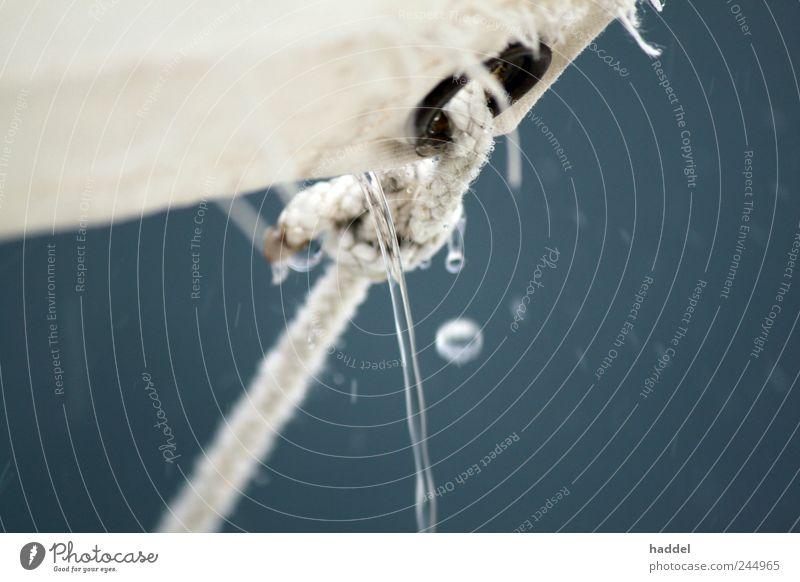 Schützendes Zelt - Regen Segeln Expedition Camping Seil nass blau grau weiß Öse Nähgarn Tropfen Wasser Abdeckung festbinden festgebunden Schutz trocken