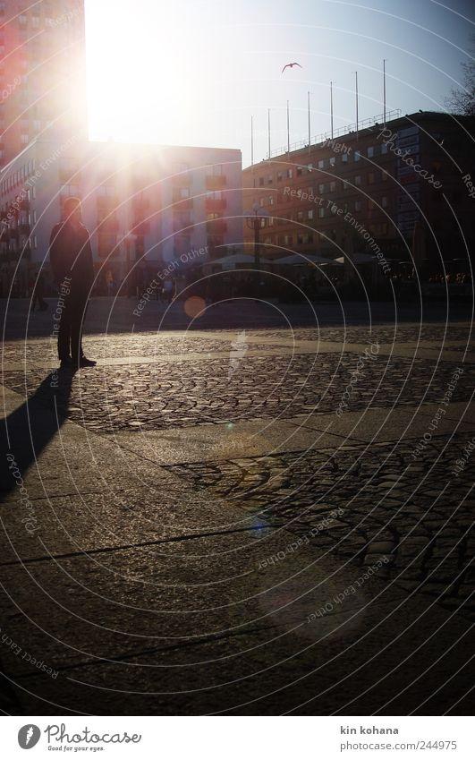 warten Mensch maskulin Mann Erwachsene 1 Stadtzentrum Platz Marktplatz Medborgarplatsen Stockholm Schweden Himmel Erwartung Aussicht Sonne Gebäude