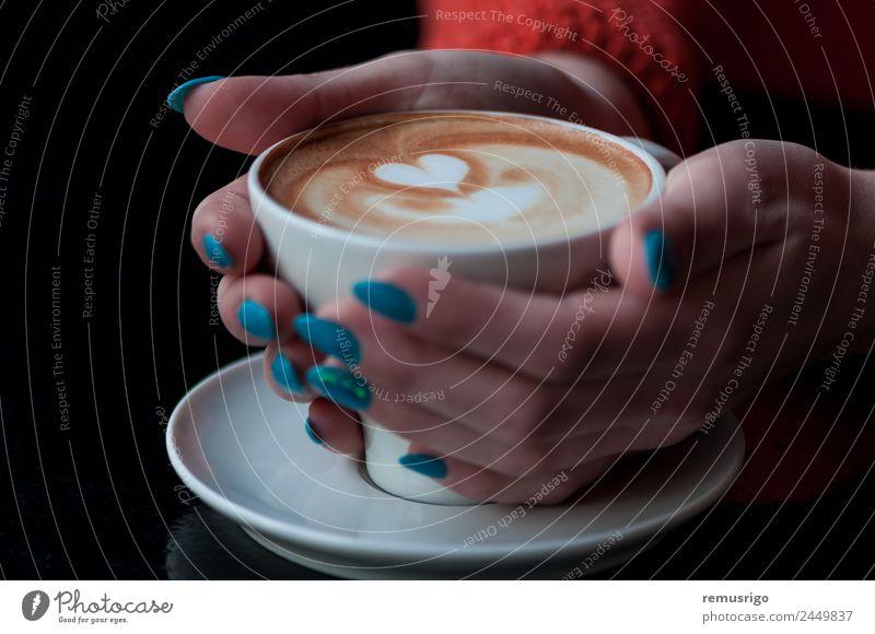 Hände halten eine Kaffeetasse mit Herzform. Getränk Espresso Design Hand frisch heiß braun Rumänien Timisoara aromatisch Café Koffein Cappuccino Sahne Tasse