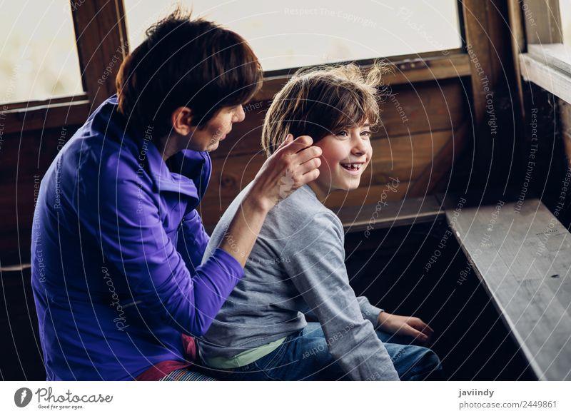 Frau Kind Mensch Natur weiß Freude Mädchen Erwachsene Lifestyle Liebe Gefühle Holz Familie & Verwandtschaft lachen klein Zusammensein