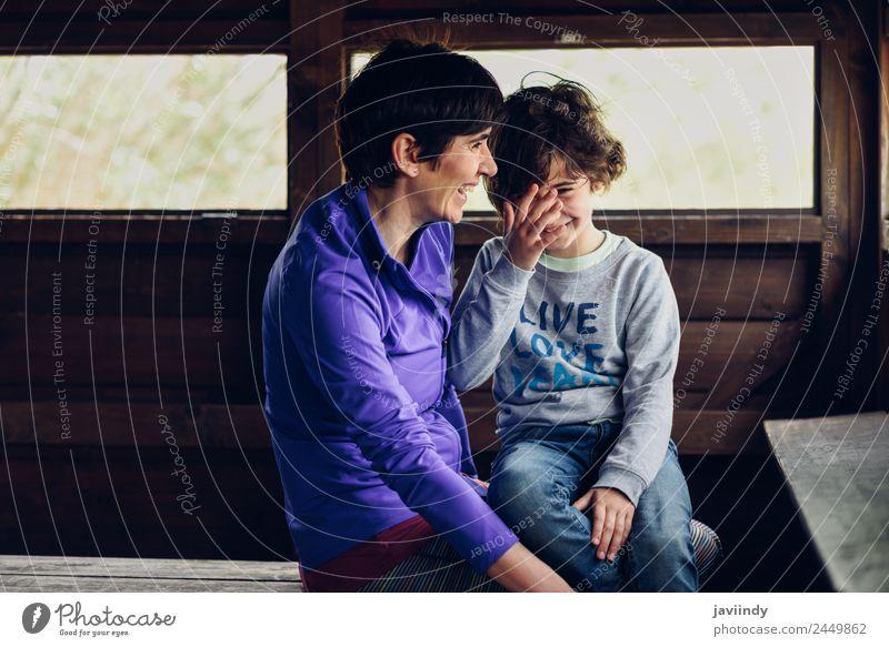 Frau Kind Mensch weiß Freude Mädchen Erwachsene Liebe Gefühle Holz Familie & Verwandtschaft lachen klein Zusammensein Kindheit 45-60 Jahre