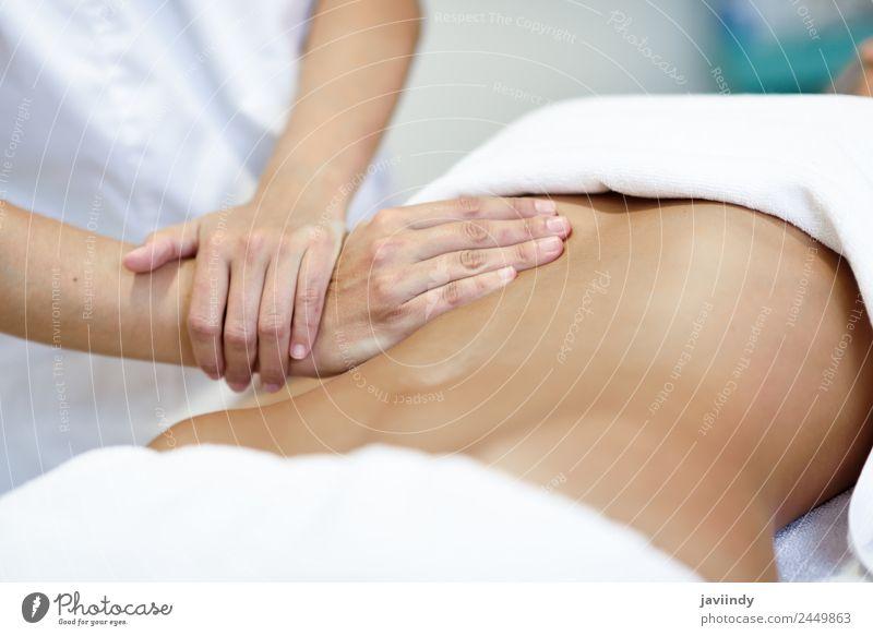 Hände massieren den weiblichen Bauch. Körper Behandlung Medikament Wellness Erholung Massage Arbeit & Erwerbstätigkeit Arzt Krankenhaus Junge Frau Jugendliche