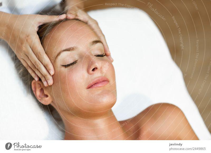 Junge blonde Frau erhält eine Kopfmassage i Lifestyle Glück schön Haut Gesicht Gesundheitswesen Behandlung Wellness Erholung Spa Massage Mensch Junge Frau