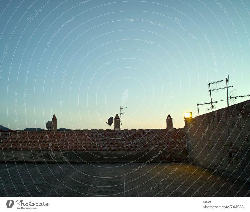 Terrakotta Himmel Wolkenloser Himmel Sonnenaufgang Sonnenuntergang Sommer Dorf Mauer Wand Terrasse Dach Schornstein Satellitenantenne Ziegeldach leuchten