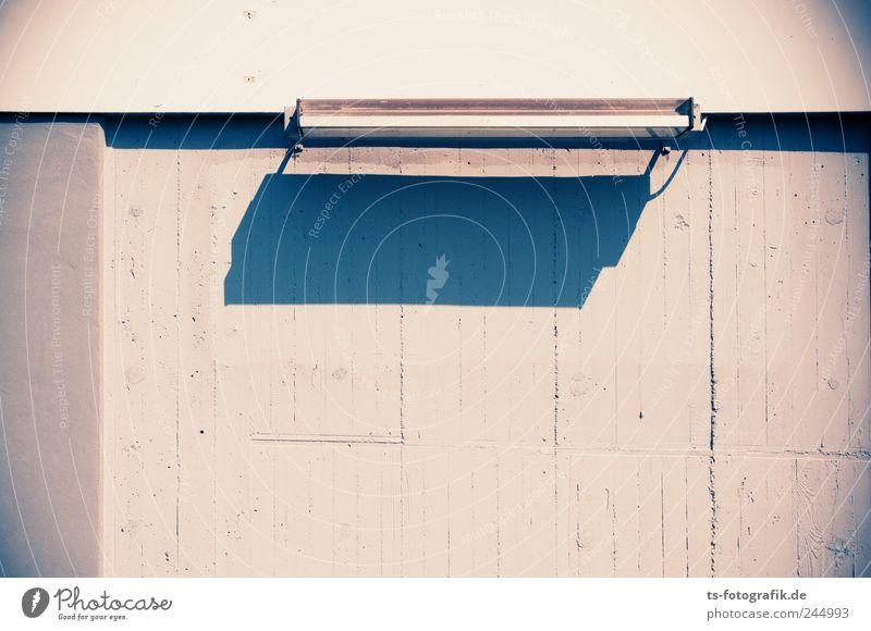 Deutsche Gemütlichkeit Menschenleer Bahnhof Bauwerk Mauer Wand Stein Beton Metall eckig hässlich trist blau grau Neonlicht Schattenspiel Lampe Betonwand kahl