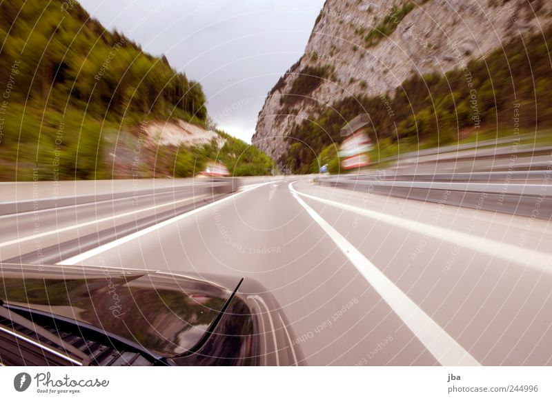 Autobahnende Verkehr Verkehrsmittel Verkehrswege Personenverkehr Autofahren Brücke PKW Motorhaube Scheibenwischer Metall Geschwindigkeit Speed Felsen Tal