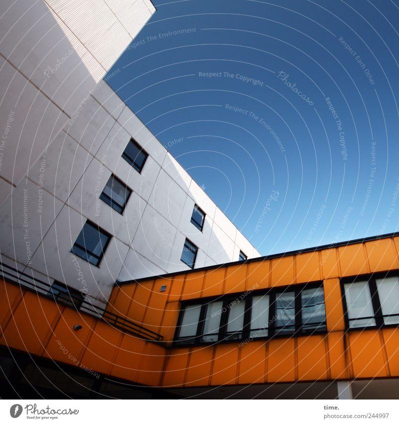 Ästhetik des Banalen #3 Haus Himmel Hamburg Hochhaus Bauwerk Architektur Fassade Fenster eckig hoch blau orange weiß komplex Konzentration Problemlösung