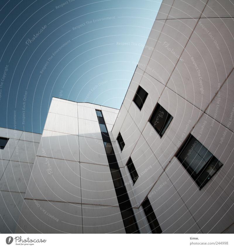 Ästhetik des Banalen #2 Sonnenlicht Weitwinkel Architektur hoch Haus Fassade Wohnhaus Wohnhochhaus weiß Himmel blau Pol- Filter Strukturen & Formen alt