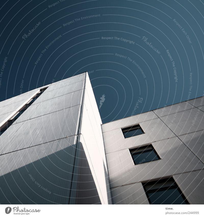 Ästhetik des Banalen #1 Himmel weiß blau Haus Architektur Fassade hoch Wohnhochhaus Pol- Filter Wohnhaus