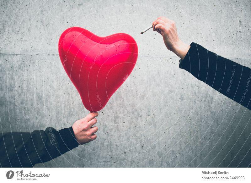 roter Herzluftballon wird mit einer Zigarette zerstört Mensch maskulin feminin 2 Luftballon Liebe Traurigkeit schwarz Gefühle Trauer Liebeskummer Schmerz