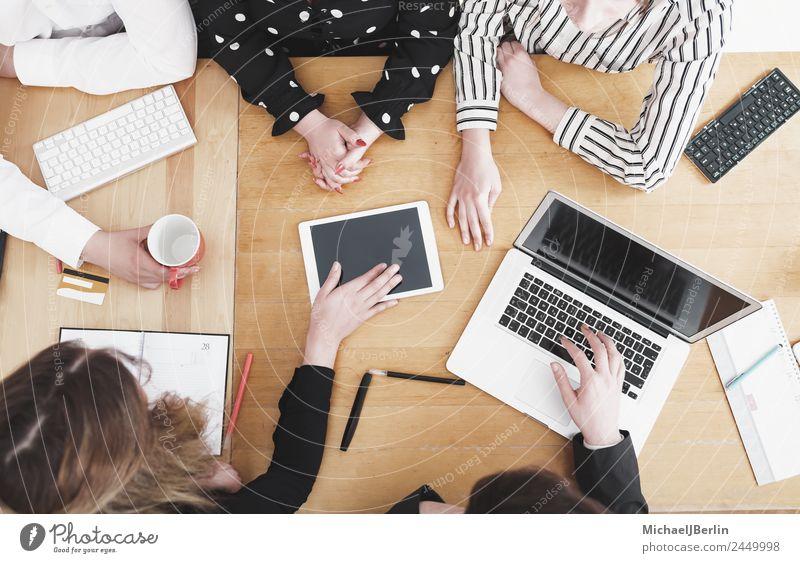 Junge Mitarbeiter im Startup diskutieren am Schreibtisch Mensch Jugendliche weiß rot 18-30 Jahre schwarz Erwachsene sprechen feminin Business