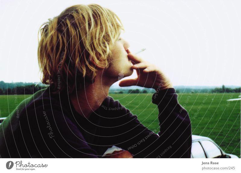 t.01 Mensch Mann Jugendliche Sommer Erholung Wiese blond Pause Rauchen 18-30 Jahre genießen Zigarette lässig Junger Mann Nikotin rauchend