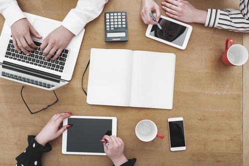 Junge Mitarbeiter im Startup arbeiten am Schreibtisch Mensch Jugendliche weiß rot 18-30 Jahre schwarz Erwachsene feminin Business Arbeit & Erwerbstätigkeit Büro