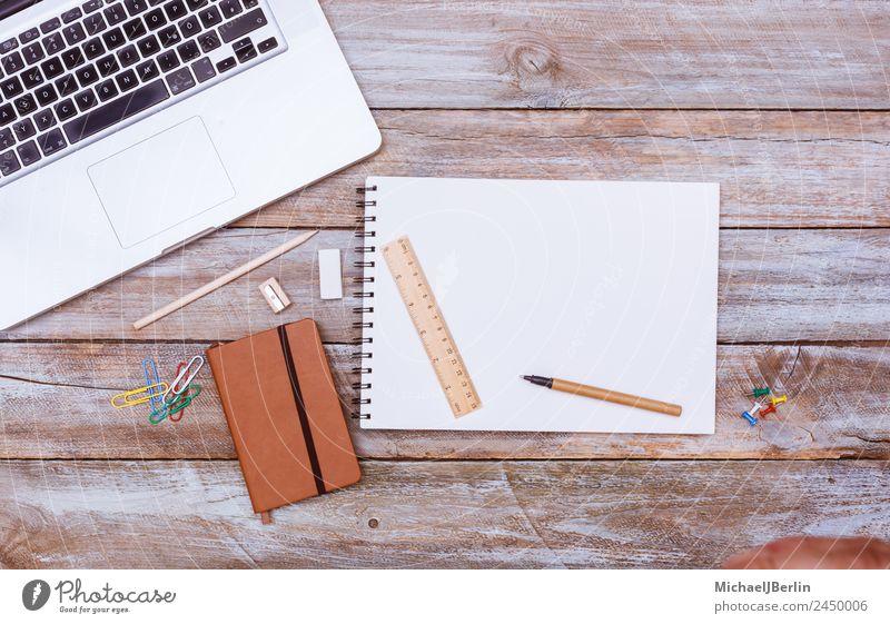 Weißer Schreibblock mit Text Freiraum auf Schreibtisch Arbeitsplatz Büro Computer Arbeit & Erwerbstätigkeit Zettel Lineal Farbfoto Tag