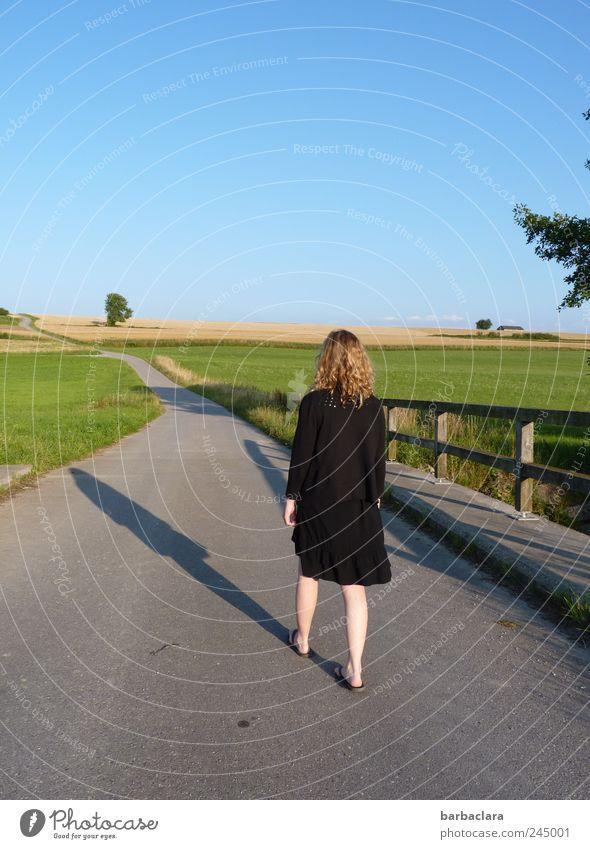Den Sommer genießen Frau Mensch Himmel Natur blau grün Sommer ruhig schwarz Erwachsene Erholung feminin Wiese Landschaft Bewegung Wege & Pfade