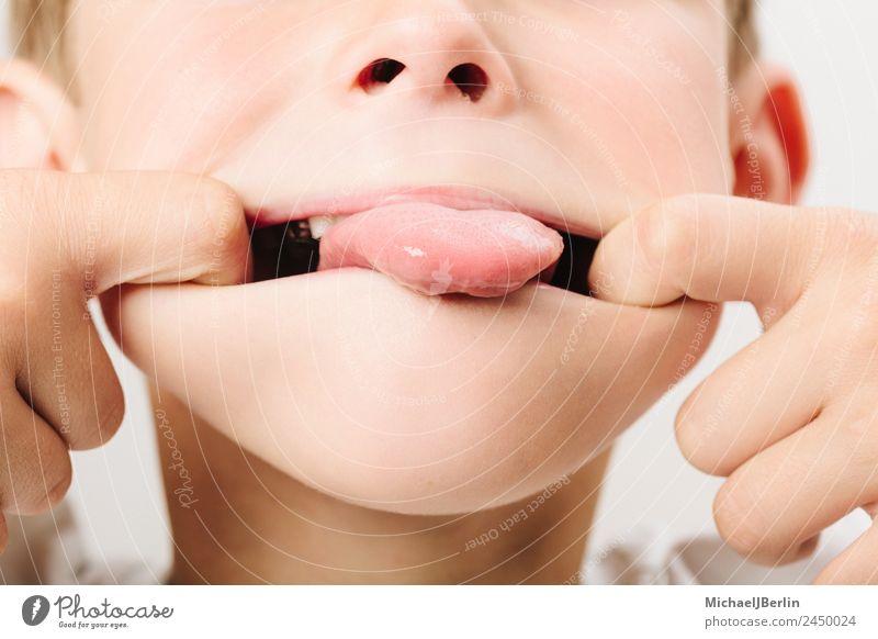 Junge im Grundschulalter beim rumalbern Freude Spielen maskulin Kind Kindheit 1 Mensch 3-8 Jahre lustig Kleinkind Zunge Farbfoto Nahaufnahme Tag