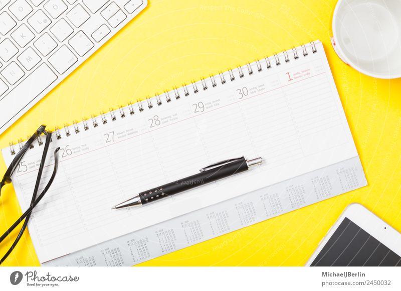 Kalender mit Stift und Brille auf gelbem Hintergrund Büro Papier Schreibstift Business Hintergrundbild Verabredung clever Symbole & Metaphern Text Farbfoto