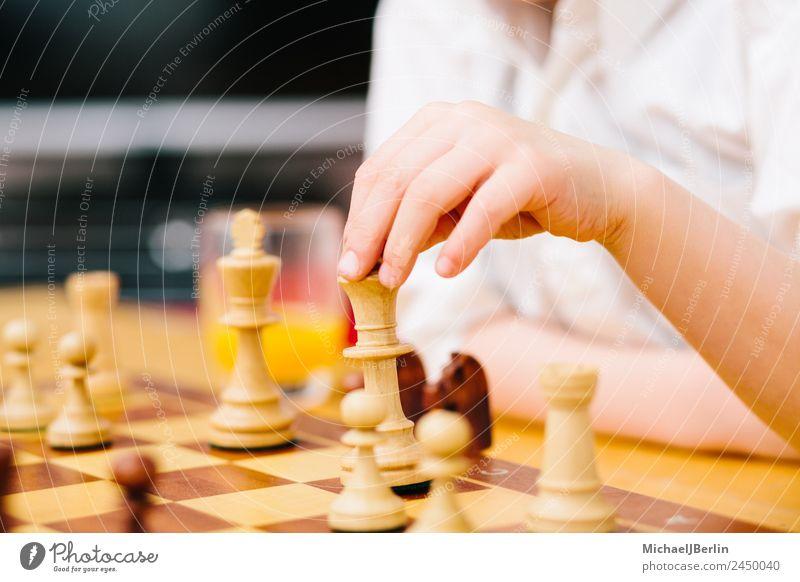 Junge im Grundschulalter spielt Schach Freude Freizeit & Hobby Spielen Brettspiel Wohnung Wohnzimmer Denken Farbfoto Innenaufnahme Nahaufnahme Tag