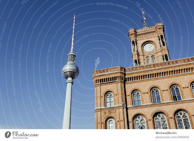 Fernsehturm und Rotes Rathaus Berlin Berliner Fernsehturm Deutschland Hauptstadt Stadtzentrum Menschenleer Gebäude Architektur Sehenswürdigkeit Wahrzeichen blau