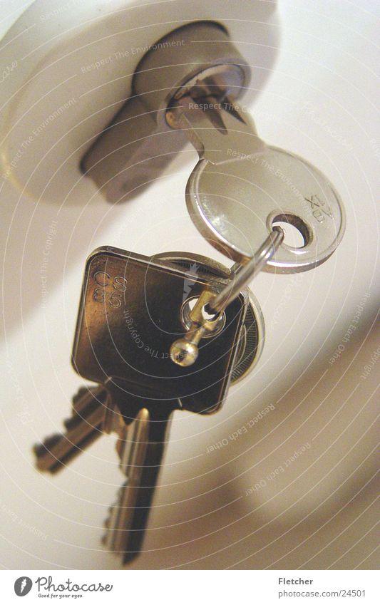 Schlüssel aufmachen schließen oben geschlossen geheimnisvoll Dinge Tür silber Statue offen