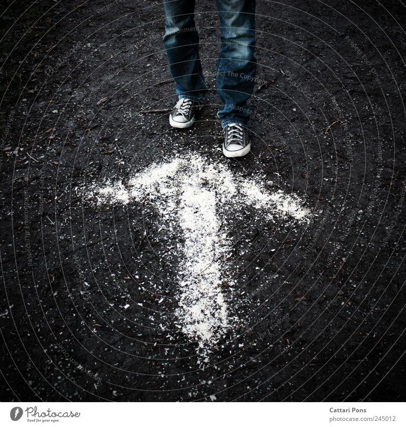 falsche Richtung 1 Mensch Hose Jeanshose Schuhe Turnschuh Zeichen Hinweisschild Warnschild gehen stehen warten dunkel dünn eckig verrückt Pfeil richtungweisend