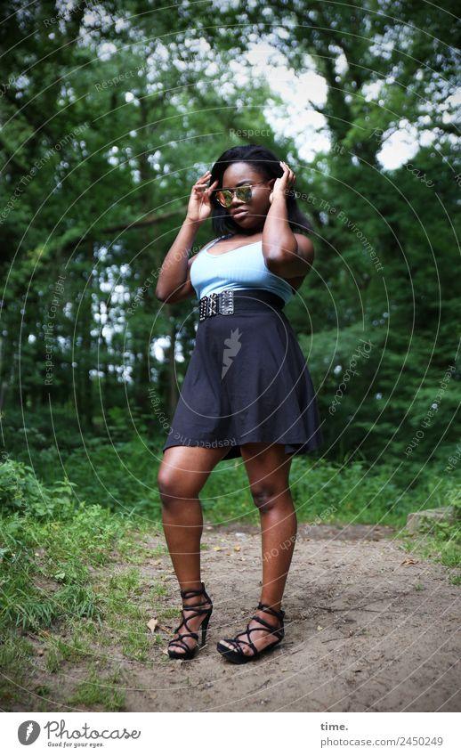 Idoresse feminin Frau Erwachsene 1 Mensch Wald T-Shirt Rock Gürtel Sonnenbrille Damenschuhe schwarzhaarig langhaarig festhalten stehen warten schön selbstbewußt