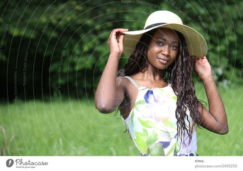 Romancia Frau Mensch schön Wald Erwachsene Leben Wiese feminin Bewegung Zufriedenheit Park ästhetisch Lächeln Schönes Wetter Warmherzigkeit Romantik