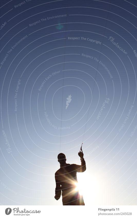 festhalten Freude Freizeit & Hobby Sonne maskulin Arme 1 Mensch Himmel Wolkenloser Himmel Sonnenlicht stehen elegant Ferne Glück stark Gefühle Kontrolle Kraft