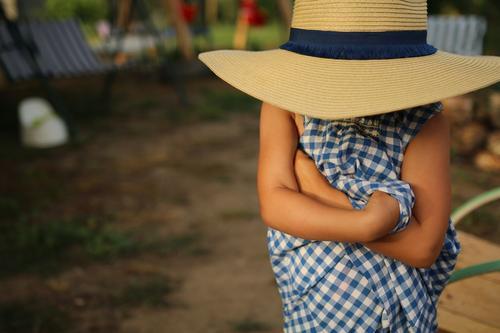 Maria mit Hut Kindererziehung Bildung Klassenraum sprechen Mensch Mädchen Eltern Erwachsene Geschwister Großeltern Senior Familie & Verwandtschaft Kindheit