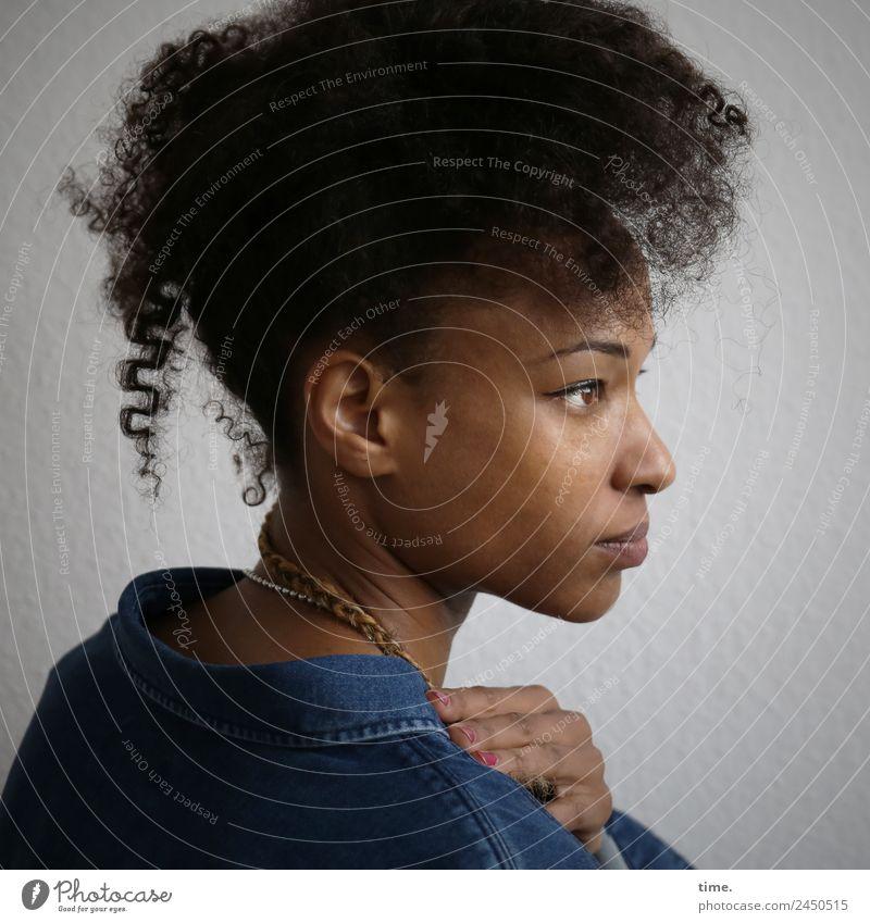 Lilian feminin Frau Erwachsene 1 Mensch Hemd Haare & Frisuren schwarzhaarig langhaarig Locken Zopf Afro-Look beobachten Denken festhalten Blick träumen