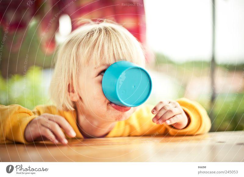 Schnatterinchen Mensch Kind Hand Mädchen Freude gelb Kopf Haare & Frisuren lustig Kindheit blond trinken festhalten Kleinkind Tasse Pullover