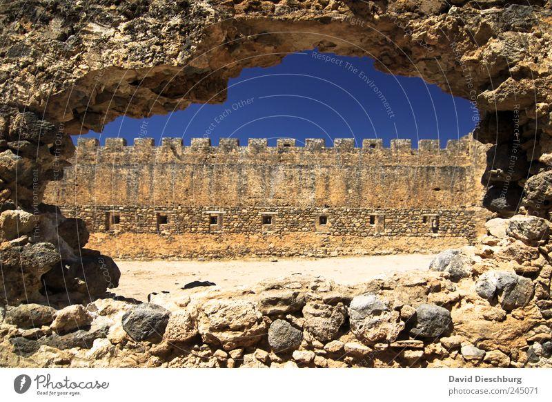 Hole against the wall blau alt Ferien & Urlaub & Reisen Fenster Wand Architektur Mauer Stein braun Fassade Schönes Wetter Bauwerk historisch Burg oder Schloss