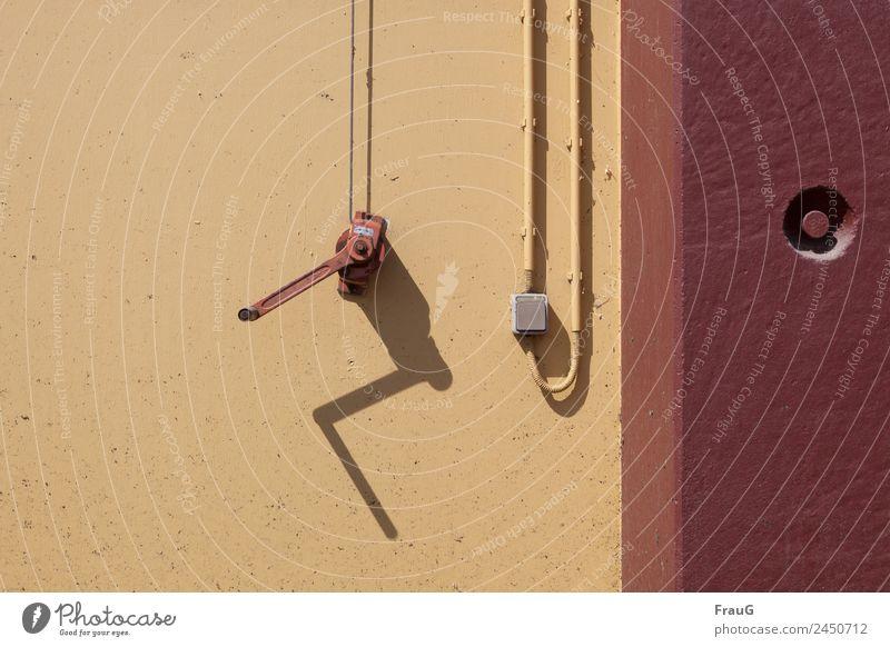 Immer an der Wand lang Mauer Fassade Kurbel Schalter Drahtseil Kabel Kabelschellen Farbe Schattenspiel Farbfoto Außenaufnahme