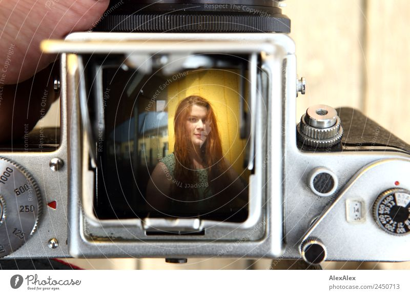 Bild einer Frau im Sucher einer analogen Kamera Jugendliche alt Junge Frau Stadt schön Hand 18-30 Jahre Erwachsene Lifestyle gelb feminin außergewöhnlich