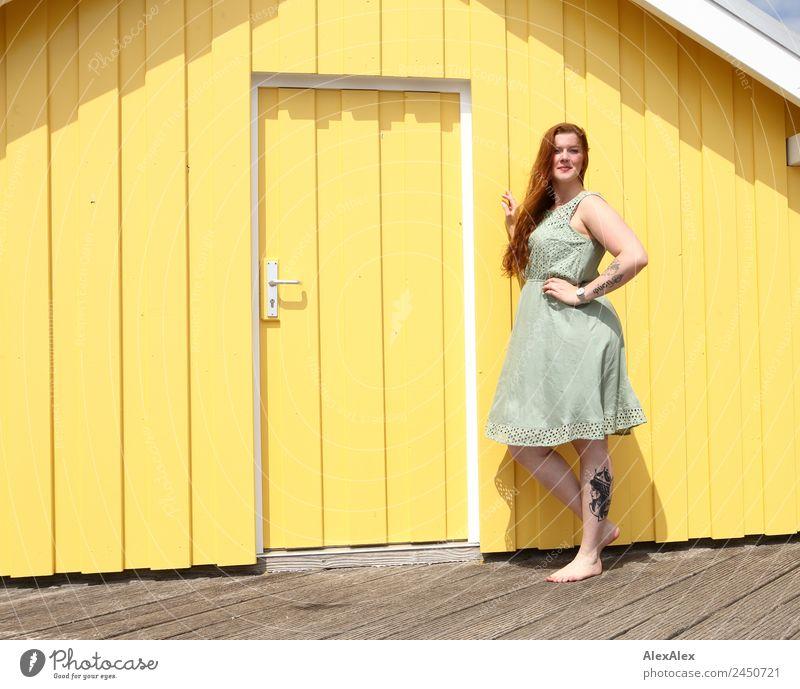 Frau vor einem gelben Strandhaus Jugendliche Junge Frau Sommer schön 18-30 Jahre Erwachsene Lifestyle natürlich feminin Holz Stil außergewöhnlich Tür ästhetisch