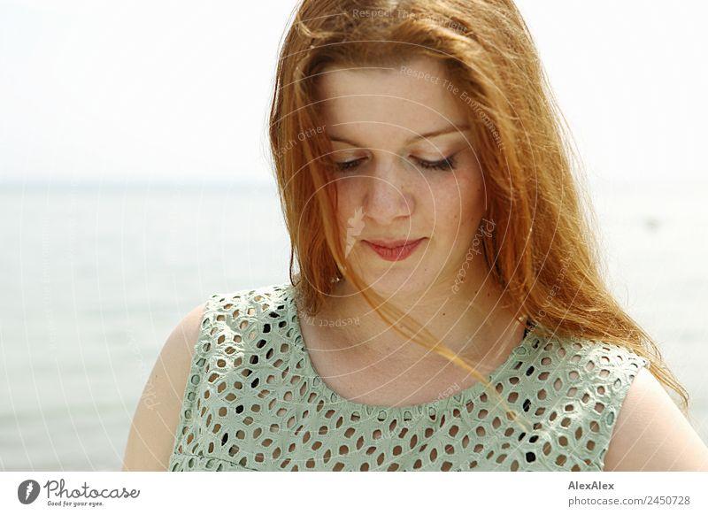 Portrait einer Frau an der Ostsee schön harmonisch Junge Frau Jugendliche Erwachsene Haare & Frisuren Gesicht 18-30 Jahre Landschaft Horizont Schönes Wetter