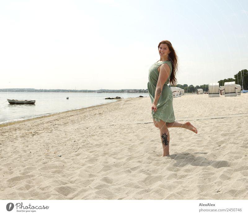 Frau am Strand Natur Ferien & Urlaub & Reisen Jugendliche Junge Frau Sommer schön Landschaft 18-30 Jahre Erwachsene Lifestyle feminin lachen Sand Ausflug