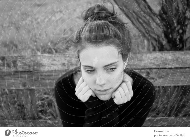 In Gedanken Mensch feminin Junge Frau Jugendliche Kindheit Haut Kopf Haare & Frisuren Gesicht Hand dunkel frisch dünn trist trocken weich schwarz weiß