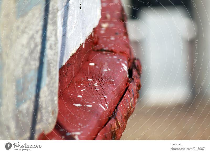 Unsauber gemalt Schifffahrt Fischerboot Hafen An Bord blau rot weiß Holz Schiffsplanken spritzen Farbe Fleck malen streichen dreckig Metall Leiste Nagel