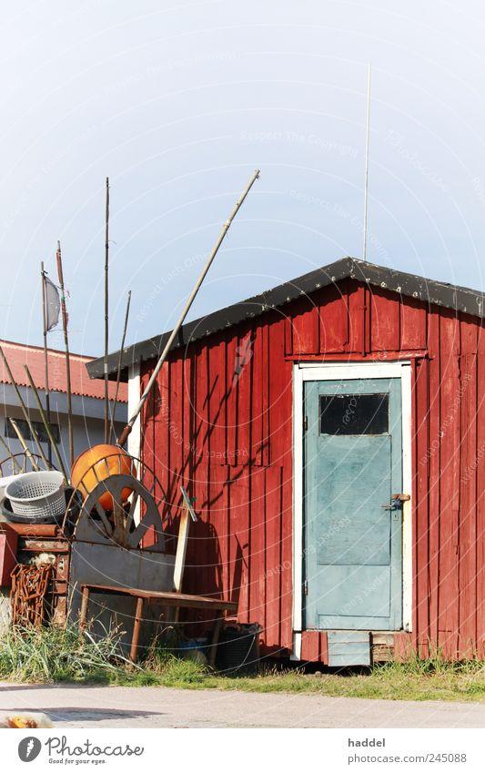 Fischerhütte blau rot Küste Tür Industrie Tourismus Fahne Dach Hafen Hütte Ostsee Holzbrett Schweden Fischereiwirtschaft Lager maritim