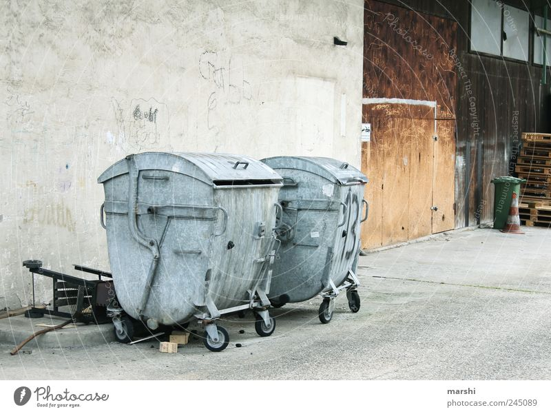 Hinterhof grau Metall Umwelt dreckig trist Müll Container Hof Recycling Müllbehälter Müllverwertung Recyclingcontainer