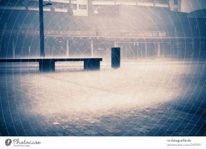 Platz, Regen! Urelemente Wasser Sommer Herbst Klima schlechtes Wetter Unwetter Sturm Bremerhaven Stadt Stadtzentrum dunkel kalt nass blau Bank Müllbehälter