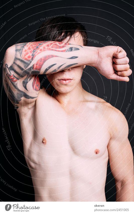 muskulöser Typ mit einer Tätowierung auf dem Arm. Lifestyle schön Karneval Sport Fitness Sport-Training Sportler Erfolg Mensch maskulin Arme 1 18-30 Jahre