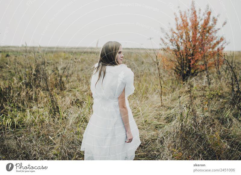 trauriges Mädchen beim Wandern im Herbstfeld Freizeit & Hobby Spielen Entertainment Party ausgehen feminin Junge Frau Jugendliche Erwachsene 1 Mensch