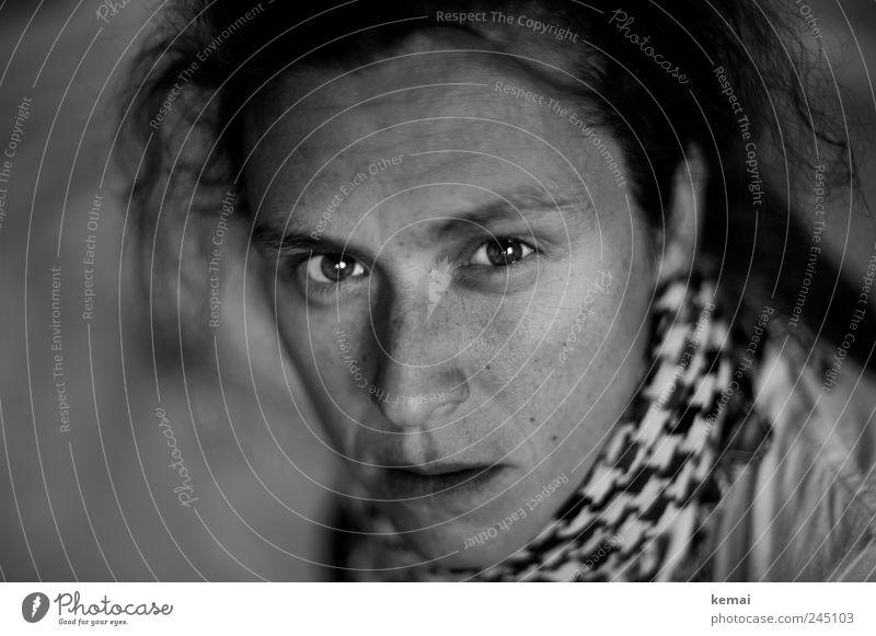 Wüst (II) Frau Mensch Gesicht Auge Leben feminin Kopf Haare & Frisuren Mund Erwachsene Nase Ärger Aggression Schal skeptisch Accessoire