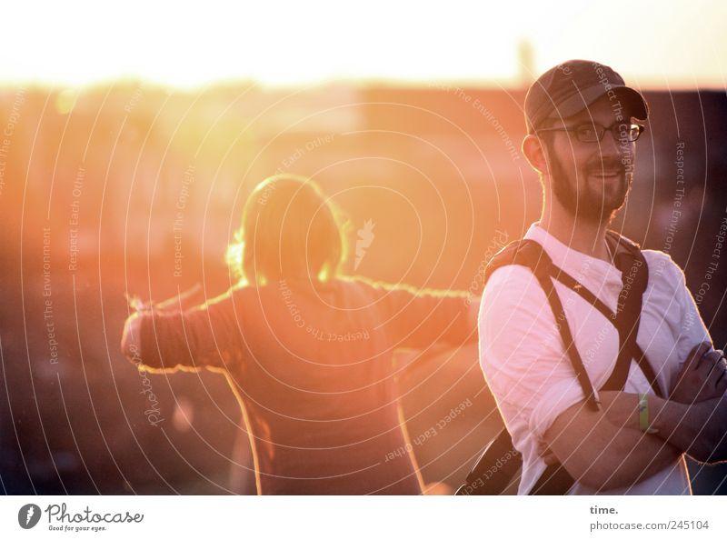 Blondes Gegenlicht mit Schelm Mensch Frau Mann rot Sommer Freude Erwachsene gelb Horizont Zufriedenheit Tanzen Rücken Arme maskulin Brille Lächeln
