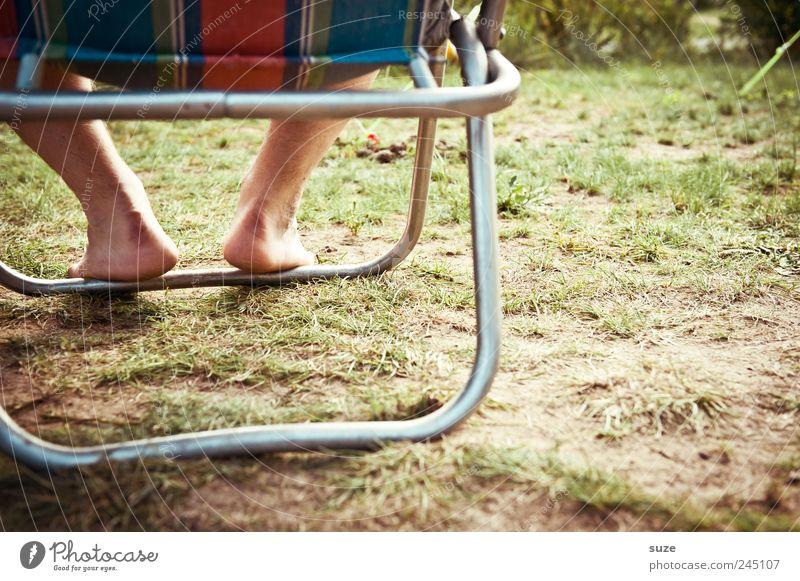 Zweibeiner Erholung Ferien & Urlaub & Reisen Camping Mann Erwachsene Beine Fuß Natur Erde Schönes Wetter Gras Wiese sitzen warten authentisch einfach natürlich