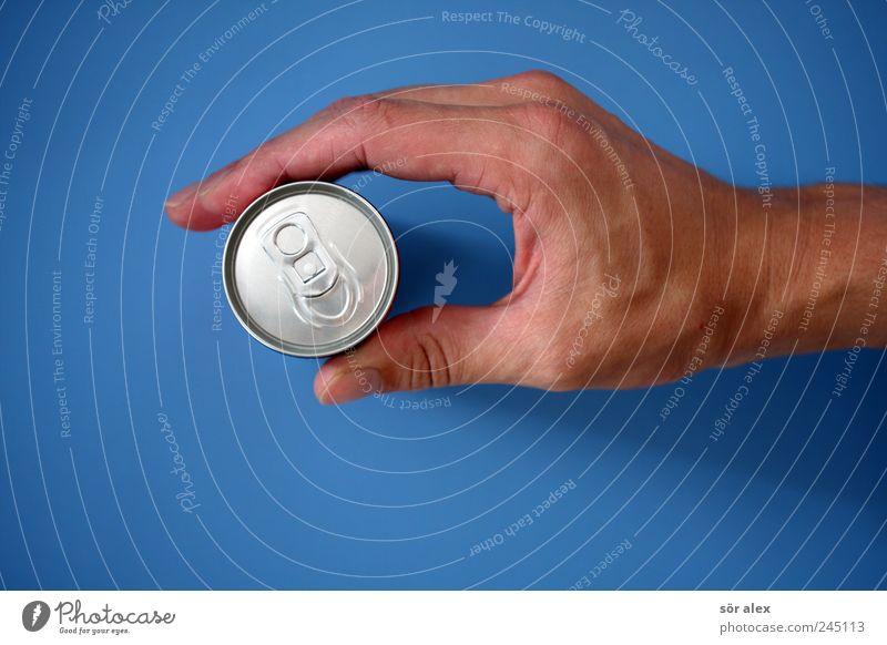 Energie für den Tag Getränk trinken Erfrischungsgetränk Limonade Dose Getränkedose maskulin Hand Finger Daumen Zeigefinger festhalten blau silber Leistung