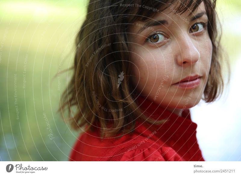 Ulreka feminin Frau Erwachsene 1 Mensch Schönes Wetter Park Seeufer Kleid brünett langhaarig beobachten Denken Blick warten schön selbstbewußt Willensstärke